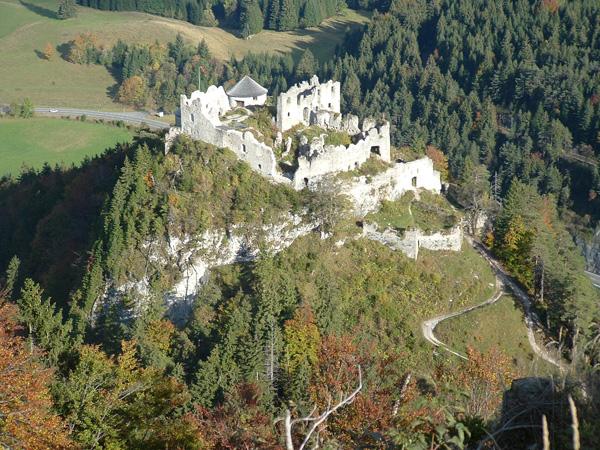 Aktuelle Ansicht der Burgruine Ehrenberg vom Schlosskopf aus.