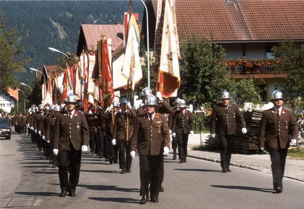 "Feier ""100 Jahre Bezirks-Feuerwehrverband Reutte"" am 12. September 1999: Aufmarsch zur Parade."